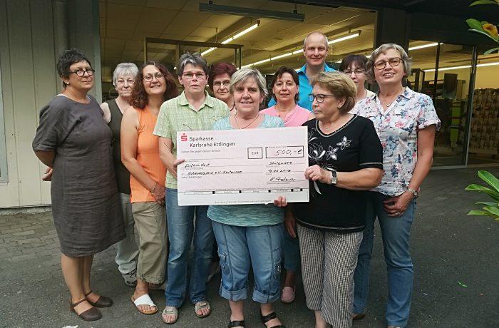 Kreuz + Quer übergibt Spendenscheck